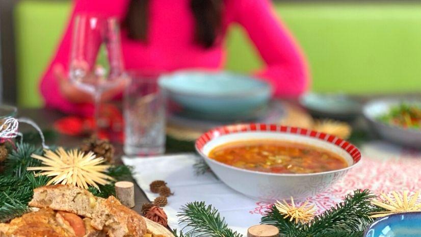 Weihnachtliche Tischdekoration und dein TCM Weihnachtsmenü - 5 Gänge TCM Weihnachtsmenü - TCM Ernährung - Ernährungsumstellung - 5 Elemente - TCM Ernährungsexpertin - Anna Reschreiter - annatsu